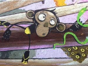 Ein Affe auf dem Spielplatz